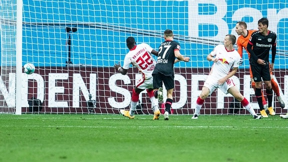 Florian Wirtz, Bayer 04 Leverkusen 27, scheitert knapp am Pfosten