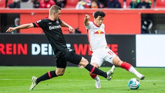 Hee-Chan Hwang, RB Leipzig R, gegen Lars Bender, Leverkusen