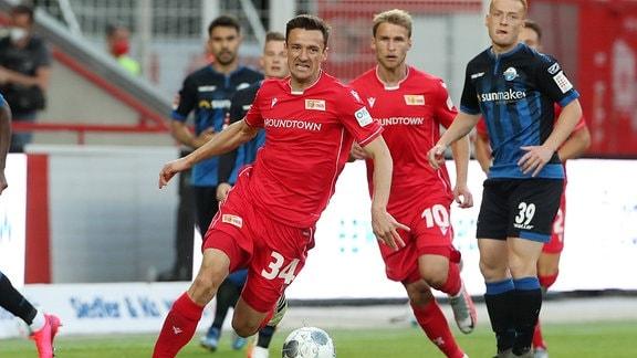 Fußballspieler im Kampf um den Ball.