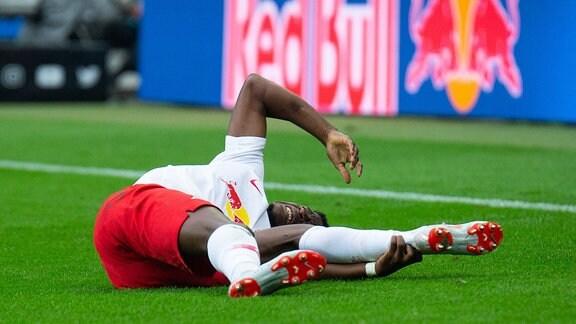 Fussball 1. Bundesliga, RB Leipzig - Fortuna Duesseldorf emspor, v.l. Nordi Mukiele (RB Leipzig) verletzt am Boden