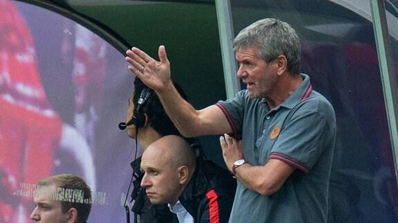 RB Leipzig - Fortuna Duesseldorf emspor, v.l. Trainer Friedhelm Funkel (Fortuna Duesseldorf) gibt Anweisung