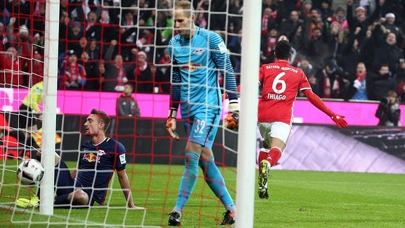 Tor für München, Treffer zum 1:0 durch Torschütze Thiago (re., Bayern).