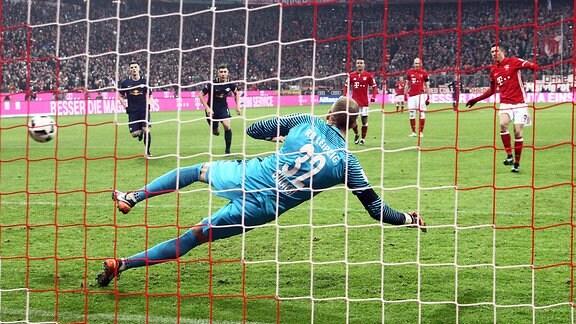 Tor für München, Treffer zum 3:0 per Foulelfmeter durch Torschütze Robert Lewandowski (re., Bayern) gegen Torwart Peter Gulácsi / Gulacsi (RB Leipzig).