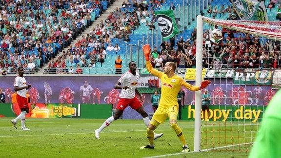 RasenBallsport Leipzig vs Hannover 96 im Bild Torwart Peter Gulacsi (Leipzig) machtlos, Tor zum 1:1 Ausgleich durch Niclas Füllkrug (Hannover)