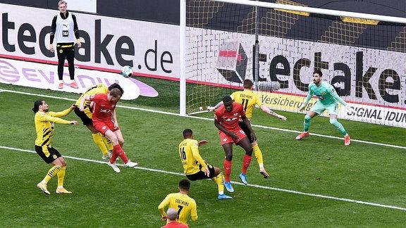 Lukas Klostermann, RBL, erzielt das Tor zum 2:1.