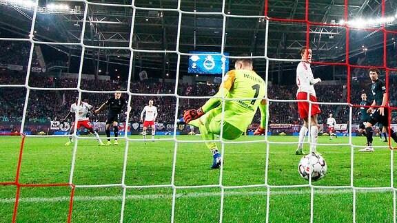 Tor für RB Leipzig. Bruma (17, RB Leipzig) erzielt gegen Torwart Jiri Pavlenka (1, Bremen) den Siegtreffer zum 3:2.