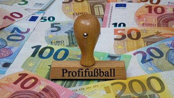 Geldscheine und Stempel mit Profifussball