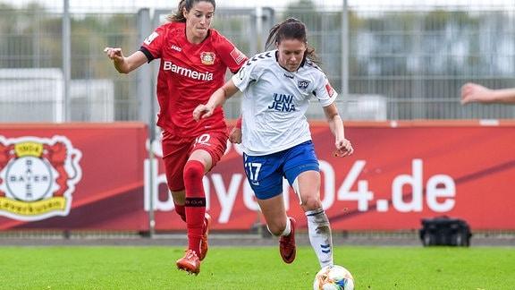 v.li.: Milena Nikolic B04 und Lisa Seiler, Jena im Zweikampf um den Ball.