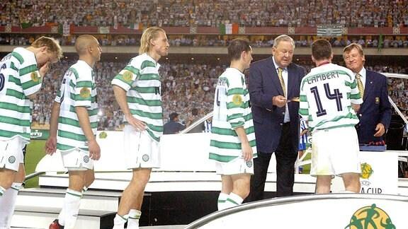 UEFA-Präsident Lennart Johansson (3.v.re, Schweden) überreicht die Medaillen an die unterlegen Celtic-Spieler v.re.: Paul Lambert, Jackie McNamara, Johan Mjällby, Henrik Larsson und Ulrik Laursen