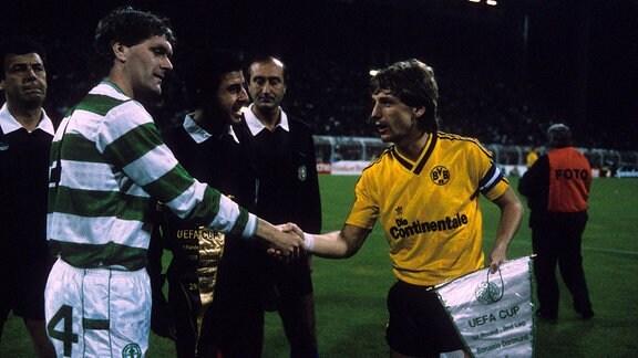 1987 gewann Celtic das Hinspiel gegen Borussia Dortmund mit 2:1, verlor aber das Rückspiel mit 2:0. Kapitän in Glasgow war damals Roy Aitken, der hier Dortmunds Frank Mill (r.) begrüßt.