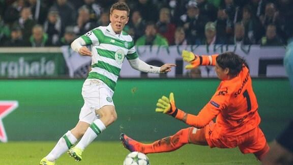 Callum McGregor ( 42, Celtic Glasgow) beim Schuss gegen Yann Sommer ( 1, Torwart, Borussia Moenchengladbach)