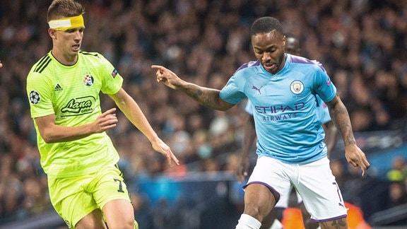 Raheem Sterling, Manchester City, trifft auf Dani Olmo von Dinamo Zagreb während des UEFA-Champions-League-Spiels im Etihad-Stadion