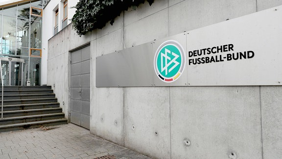 Logo des DFB am Standort in Frankfurt.