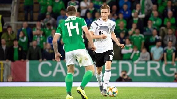 Mark Sykes (Nordirland) und Marcel Halstenberg (GER) im Zweikampf um den Ball.