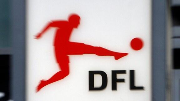 Logo der DFL vor der Zentrale in der Innenstadt von Frankfurt am Main.