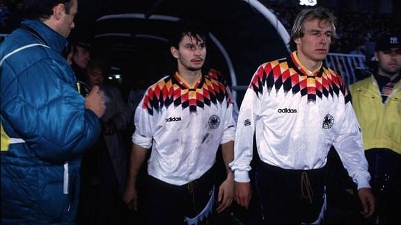 Dirk Schuster (li.) und Jürgen Klinsmann beim Betreten des Spielfeldes