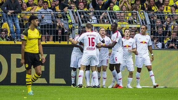 die Mannschaft von RB Leipziger jubelt über den Treffer zum 1:0 in der ersten Spielminute