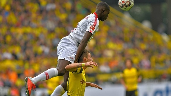 Kopfballduell Ibrahima Konate ( 6, RB Leipzig) Maximilian Philipp ( 20, Borussia Dortmund)