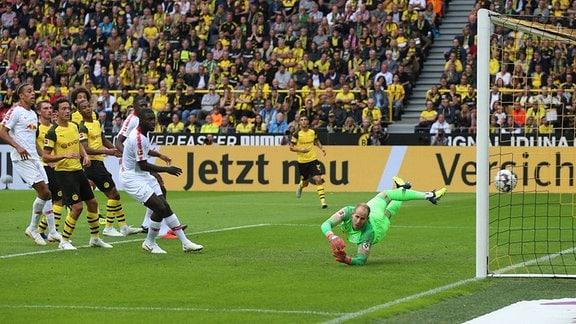 Tor für Dortmund zum 2:1. Marco Reus (verdeckt) hat gegen Torwart Peter Gulacsi (1, RB Leipzig) getroffen.