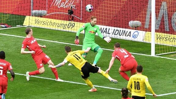 Marco Reus BVB erzielt das Tor zum 1:0 gegen Peter Gulacsi RBL und Willi Orban RBL.