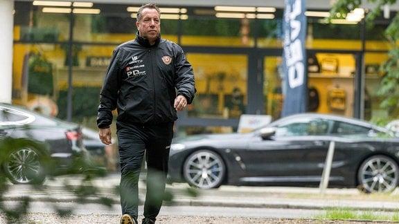 Cheftrainer Markus Kauczinksi auf dem Weg zum Trainingplatz.