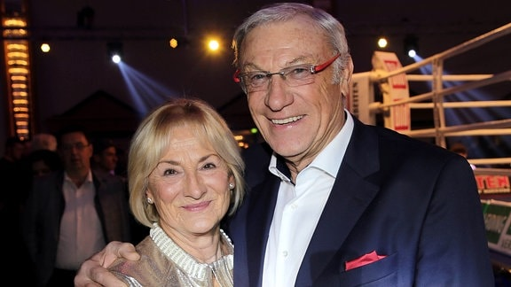 Fussballtrainer Eduard Geyer mit Ehefrau Angelika bei der Boxgala SES-Boxing am 02.03.2019 in Magdeburg.
