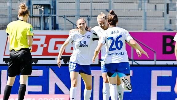 Drei Fußballspielerinnen des Vereins USV Jena jubeln.