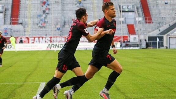 1. Fussball Bundesliga 33. Spieltag - Fortuna Duesseldorf vs. FC Augsburg 20.06.2020. Augsburgs Ruben Vargas und Florian Niederlechner jubeln zusammen.