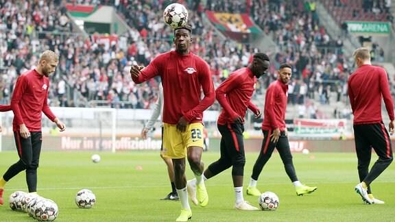 Erwärmung vor der Partie. Im Bild: Nordi Mukiele (mi., 22, RB Leipzig) .