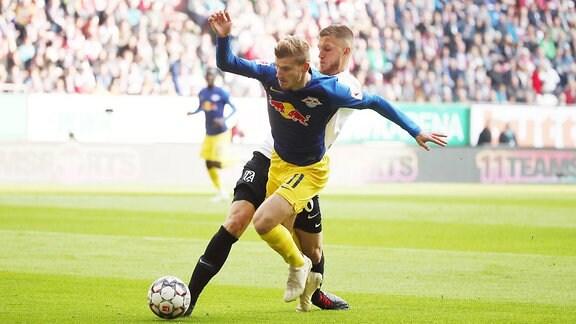 Timo Werner (11, RB Leipzig) vor Jeffrey Gouweleeuw (6, Augsburg).