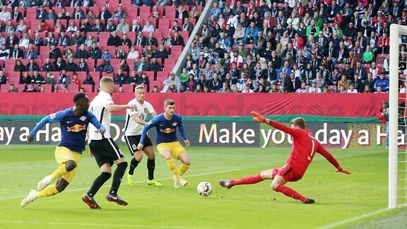 Torwart Andreas Luthe (1, Augsburg) klärt vor Jean-Kevin Augustin (l., 29, RB Leipzig) und Timo Werner (11, RB Leipzig).