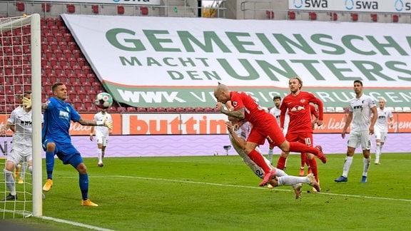Angelino köpft hier das Tor zum 1:0 gegen Torwart Rafal Gikiewicz.