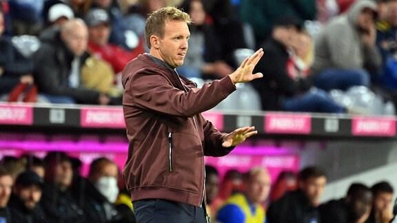 Trainer Julian Nagelsmann (FC Bayern München) gibt Anweisungen.