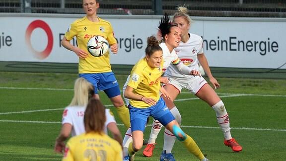 Mitte von links. Sophie Walter Jena, Peggy Kuznik 1.FC Köln.