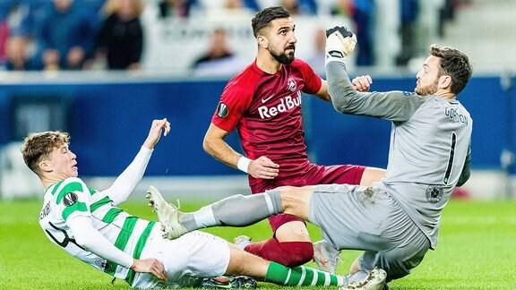 Im Bild v.l. Jack Hendry (Celtic FC), Munas Dabbur (FC Salzburg), Craig Gordon (Celtic FC).