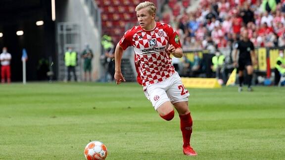 Jonathan Burkardt (Mainz 05) am Ball