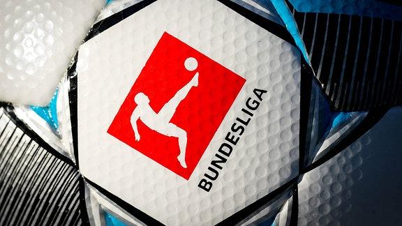 Ein Ball der Marke Derbystar Bundesliga Brillant Aps by Select präsentiert das Logo der Liga