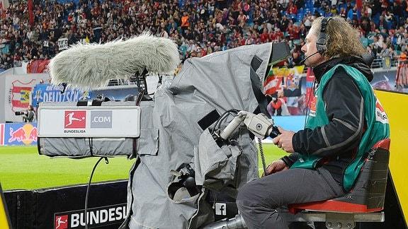 Ein Kamermann bei einem Bundesliga-Spiel