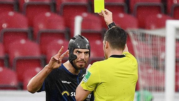 Schiedsrichter Harm Osmers zeigt Klaus Gjasula die Gelbe Karte
