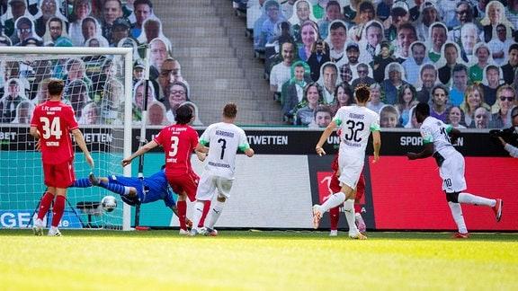 Marcus Thuram Borussia Moenchengladbach, re., erzielt das Tor zum 2:0