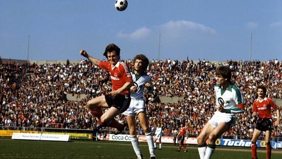 Zweikampf Peter Stocker (Nürnberg, li.) gegen Florian Hinterberger (Fürth, 2.v.li.); Saison 1979/1980