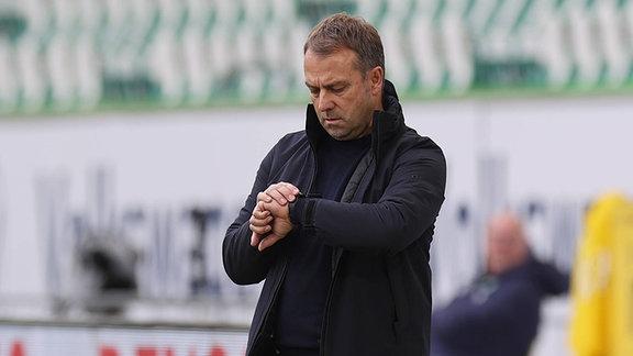 Hansi Flick schaut auf die Uhr.