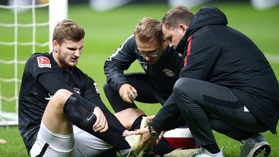 Timo Werner (RB Leipzig) verletzt beim Spiel Hertha BSC gegen RasenBallsport Leipzig im Olympiastadion Berlin.