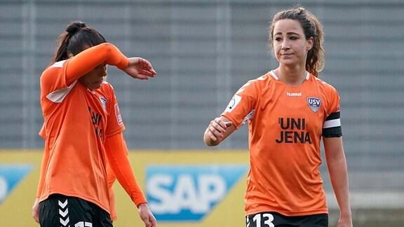 Die Spielerinnen Lisa Seiler und Julia Arnold von USV Jena enttäuscht nach der Niederlage