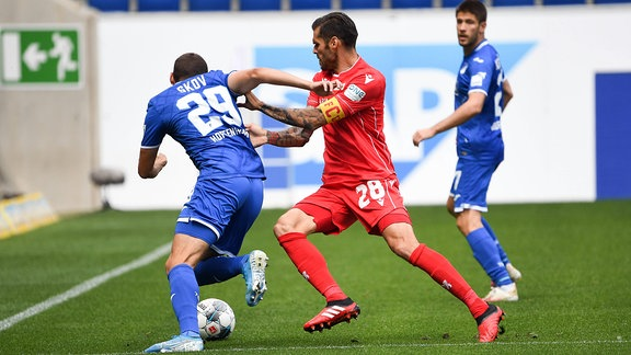 v.l.n.r, Robert Skov TSG 1899 Hoffenheim gegen Christopher Trimmel 1.FC Union Berlin