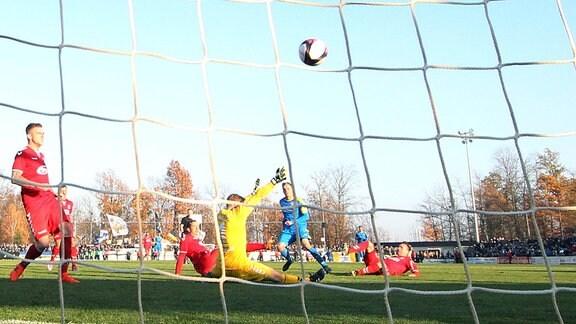 Tor für Carl Zeiss Jena. Rene Eckardt (9, Jena) erzielt den Treffer zum 0:1