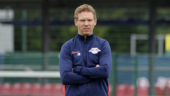 Julian Nagelsmann (Trainer RB Leipzig) mit verschränkten Armen beim Trainingsauftakt