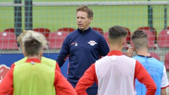Julian Nagelsmann (Trainer RB Leipzig) mit einer Ansprache vor der Mannschaft beim Trainingsauftakt