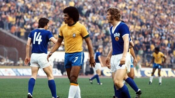 Jairzinho (Brasilien, li.) und Konrad Weise (DDR) 26.06.1974