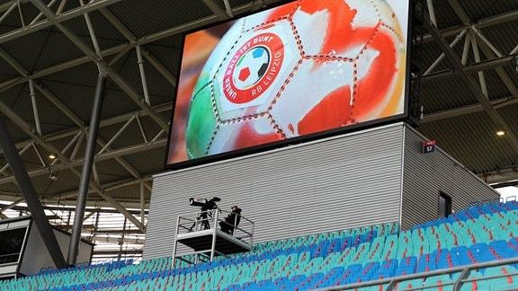 Eine Anzeigetafel in der Red Bull Arena zeigt einen Fussball.